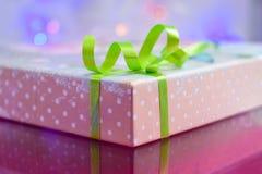 充满弓当前惊奇的礼物盒 免版税库存图片