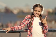 充满心情的愉快的女孩 E 耳机的女孩 音乐是启发 ??mp3 有小配件的女孩 库存照片