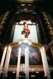 充满敬畏心的天主教会在有电蜡烛的意大利 免版税库存照片