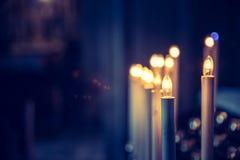 充满敬畏心的天主教会在有电蜡烛的意大利 免版税库存图片