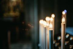 充满敬畏心的天主教会在有电蜡烛的意大利 库存照片