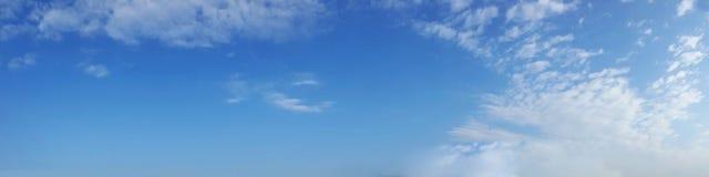 充满活力的与白色云彩的颜色全景蓝天 免版税库存图片