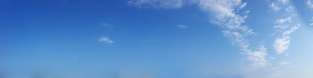 充满活力的与白色云彩的颜色全景蓝天 库存照片