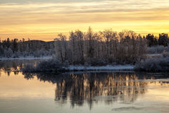 充满活力的日落在湖附近的Inari,芬兰 库存图片