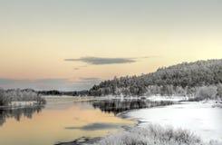 充满活力的日落在湖附近的Inari,芬兰 免版税图库摄影