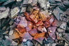充满活力的砂岩镇压  杂色的砂岩的样式 被定调子的色的云母石头层数  岩石山崩 发光 库存图片