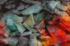 充满活力的砂岩镇压  杂色的砂岩的样式 被定调子的色的云母石头层数  岩石山崩 发光 免版税库存照片