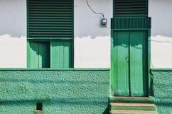 充满活力的绿色老房子门面 免版税库存照片