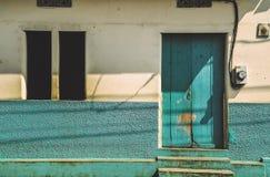 充满活力的蓝色老房子门面 免版税库存图片