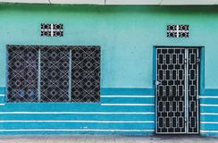 充满活力的蓝色老房子门面 图库摄影