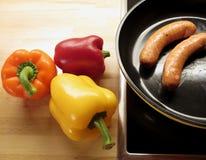 充满活力的黄色,红色,橙色颜色成熟响铃胡椒和烤香肠 免版税图库摄影