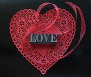 充满爱的红色重点小垫布在黑色 库存照片