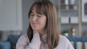 充满脖子痛的偶然少女在工作 股票录像