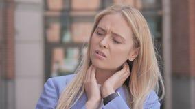 充满脖子痛的疲乏的年轻女实业家