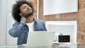 充满脖子痛的疲乏的非洲人在工作 股票视频