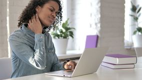 充满脖子痛的疲乏的非洲女孩,当研究膝上型计算机时 股票视频