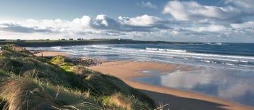 充满活力沿海爱尔兰风景的海景 免版税库存图片