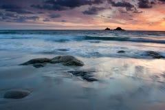 充满活力海滩的日落 图库摄影