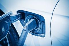充电一辆电车 免版税库存照片