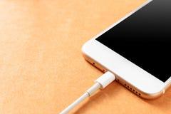 充电与力量银行的智能手机在木委员会 免版税库存图片