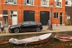 充电在运河堤防Passeerdersgracht的电推进汽车在阿姆斯特丹,荷兰 免版税图库摄影