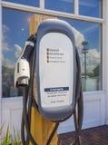 充电电岗位的汽车 免版税库存照片