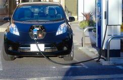 充电电岗位的汽车 图库摄影