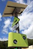 充电电点的汽车 免版税库存照片