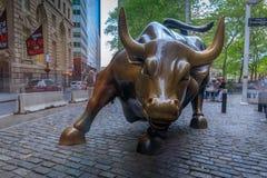 充电的公牛雕象在华尔街的街市曼哈顿在纽约 免版税库存照片