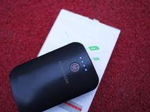充电的智能手机和其他设备的外部电力银行 服务给电池充电 库存照片