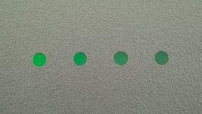充电的电平指示器 四个回合绿色LEDs水平地安置了一逐个闪动的设备 特写镜头 影视素材