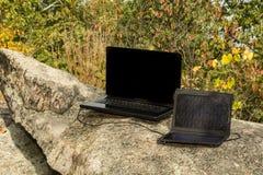 充电膝上型计算机的太阳电池板 免版税库存图片