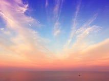 充满活力的五颜六色的晚上天空 免版税库存图片