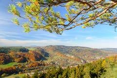 充满活力的五颜六色的秋天风景在白天 库存照片