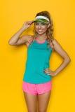 充满活力的体育衣裳的微笑的赛跑者女孩 免版税库存照片