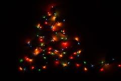 充满活力的圣诞灯形成树 免版税库存照片