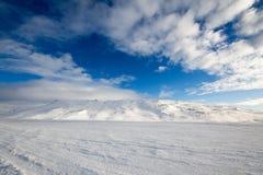 充满活力的天空和积雪的山风景 免版税图库摄影