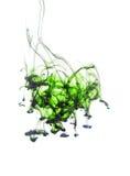 充满活力的绿色在水中飞溅在白色 免版税库存照片