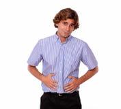 充满可怕的胃痛的英俊的年轻人 免版税库存图片