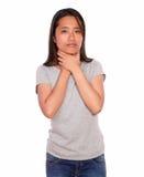 充满喉头痛苦的亚洲迷人的少妇 图库摄影