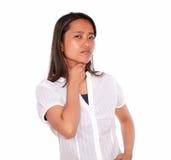 充满喉头痛苦的迷人的亚洲少妇 免版税库存照片