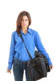充满去在商务旅游的手提箱怨恨的恼怒的妇女 免版税库存图片