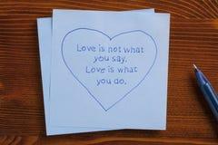 充满文本爱的稠粘的笔记不是什么您说 爱是什么您 免版税图库摄影