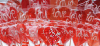 充满爱的红色心形的棒棒糖您词 免版税图库摄影