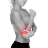 充满痛苦的运动的妇女在手肘 免版税库存照片