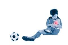 充满痛苦的青年亚裔足球运动员在腿 充分机体 免版税图库摄影
