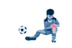 充满痛苦的青年亚裔足球运动员在膝盖 充分机体 库存照片