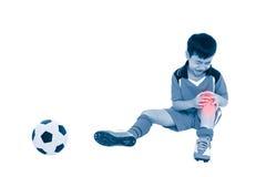 充满痛苦的青年亚裔足球运动员在膝盖 充分机体 免版税库存图片
