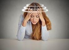 充满眩晕的妇女 遭受头晕的年轻女性患者 免版税库存图片