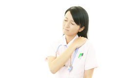 充满肩膀痛苦的护士。 库存图片